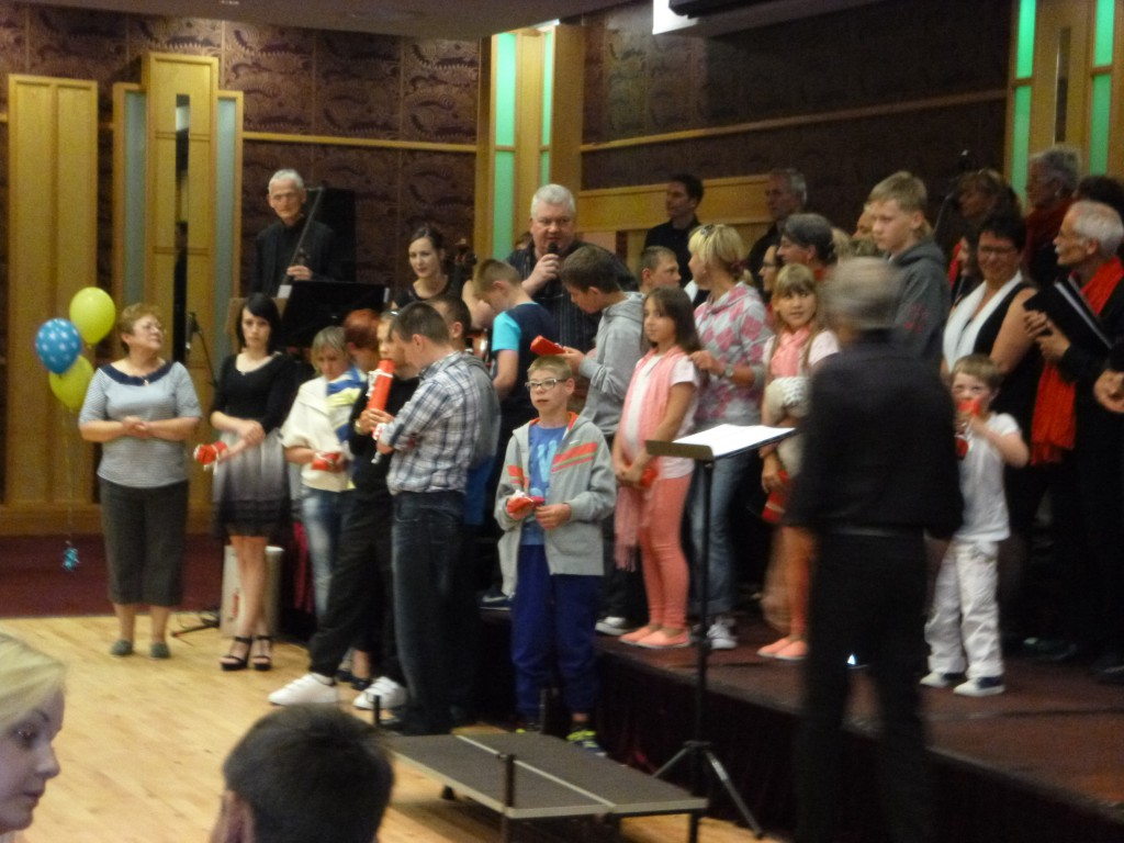 Die Kinder kommen auf die Bühne