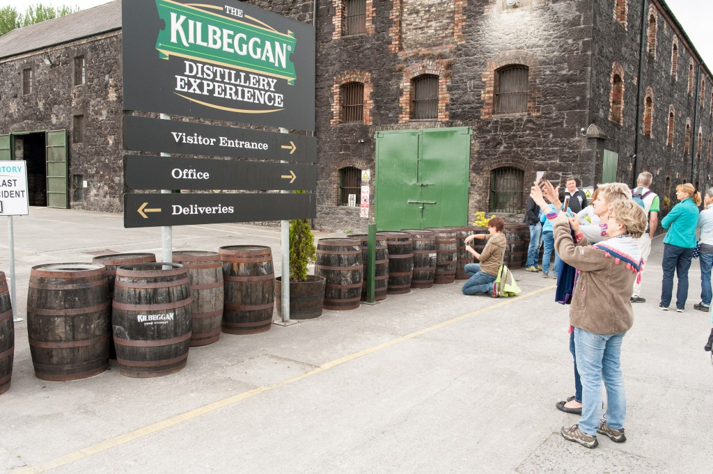 Am Eingang der Kilbeggan Distellery
