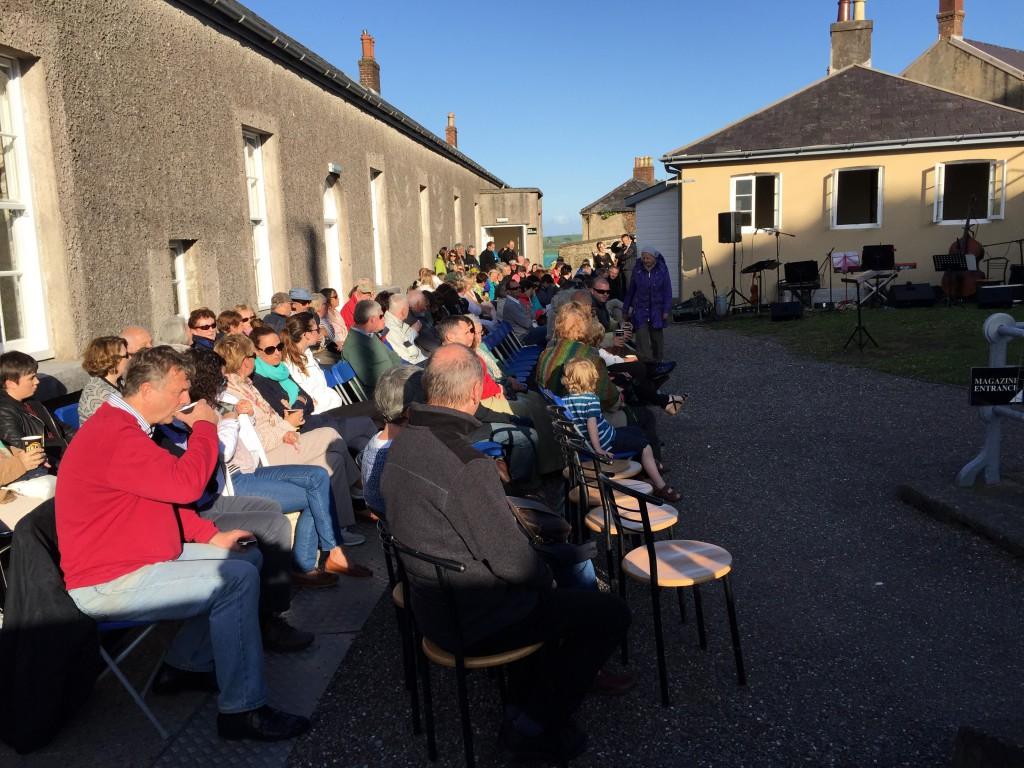 Das Publikum bei schönstem Sonnenschein