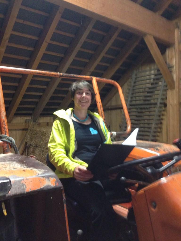 Pia beim Einsingen auf dem Traktor